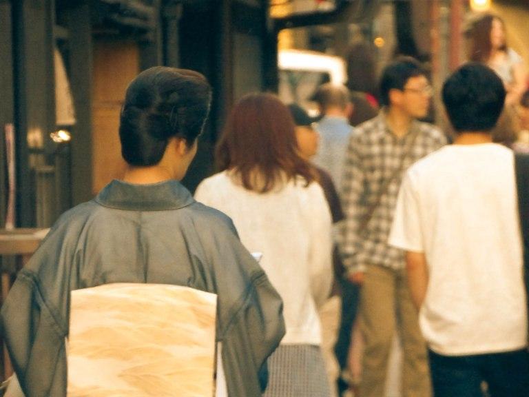 Mystérieuse femme en tenue traditionnelle Gion Corner