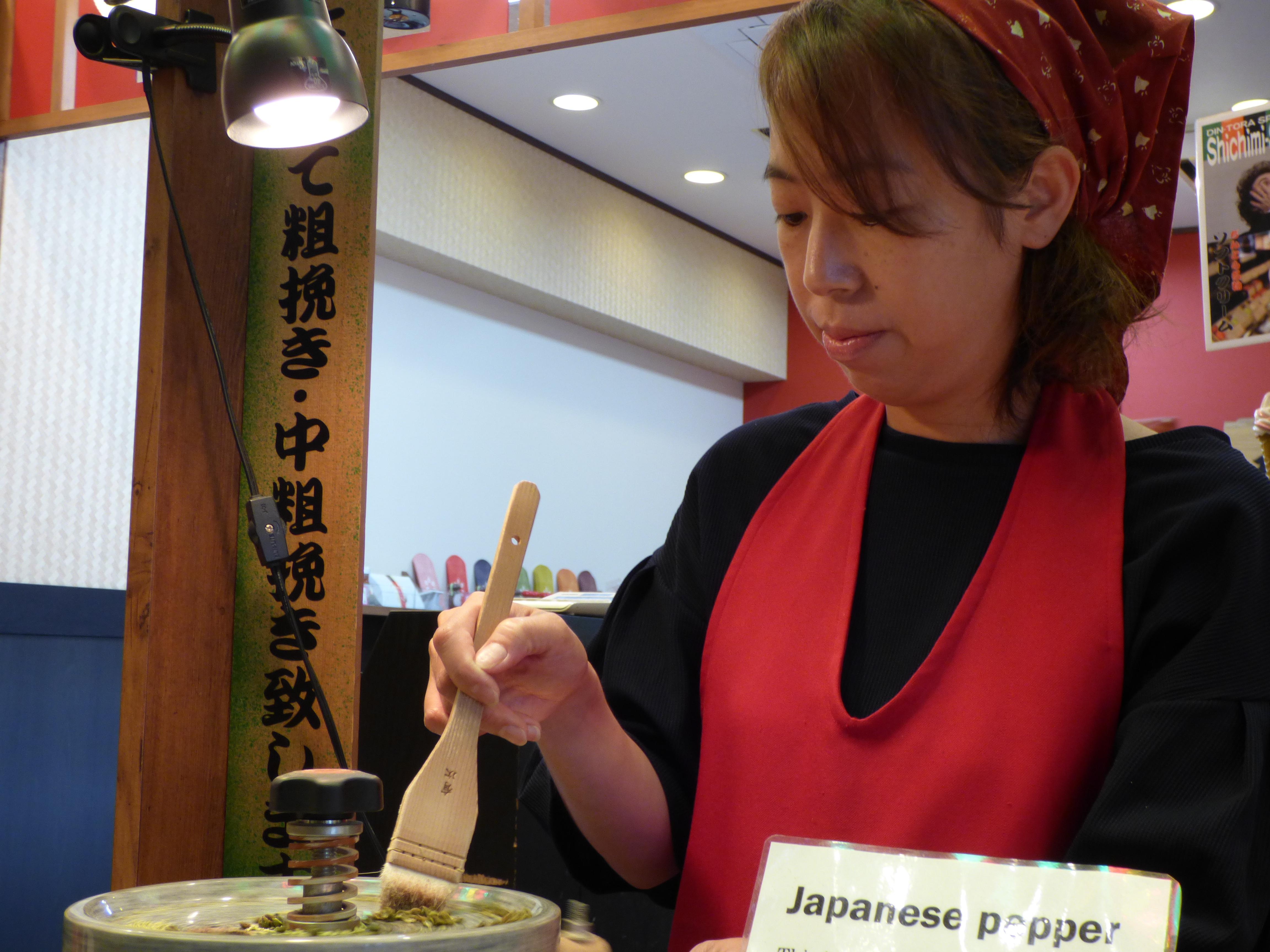 préparation du poivre vert sur le marché de nishiki
