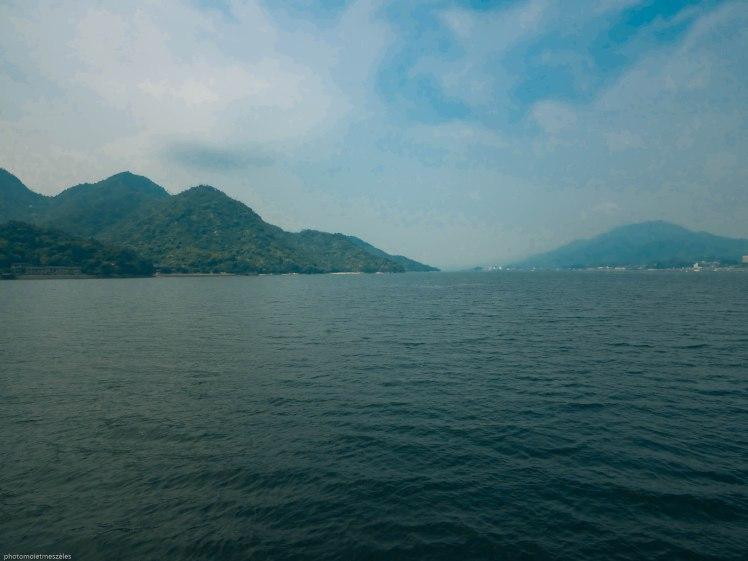 vue du bateau sur l'océan et la montagne Ile de Miyajima