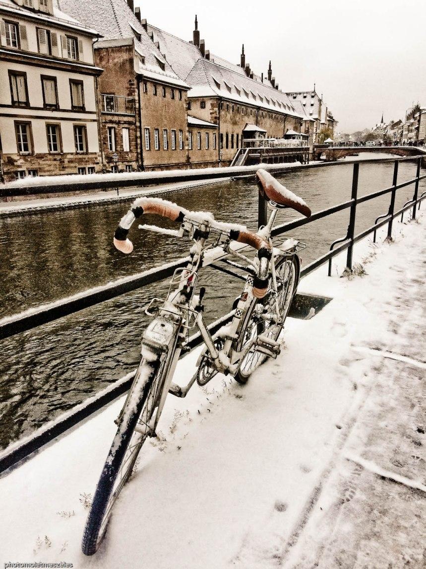 Vélo et manteau blanc Strasbourg